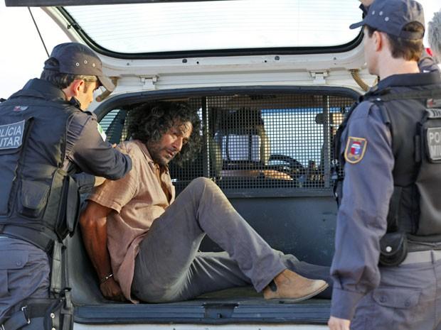 Donato é detido como suspeito pelo atropelamento (Foto: Flor do Caribe / TV Globo)