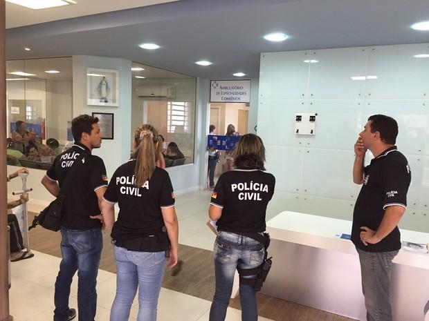 Policiais cumprem mandados em hospitais (Foto: Giovani Grizotti/RBS TV)
