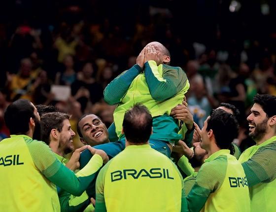 Sérginho é carregado pelos companheiros de equipe (Foto: Alexandre Loureiro/Exemplus/COB)