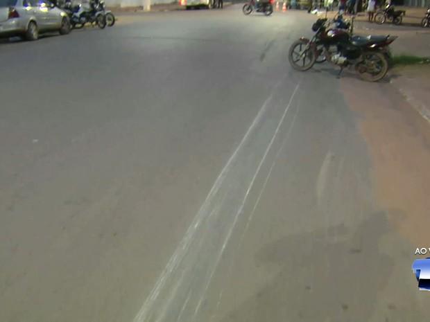 Vítimas foram arrastadas por quase 60 metros no asfalto (Foto: Reprodução/TVTapajós)