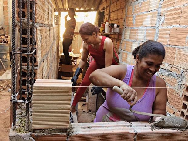 Projeto social ensina mulheres de baixa renda a construir casas  (Foto: Divulgação)