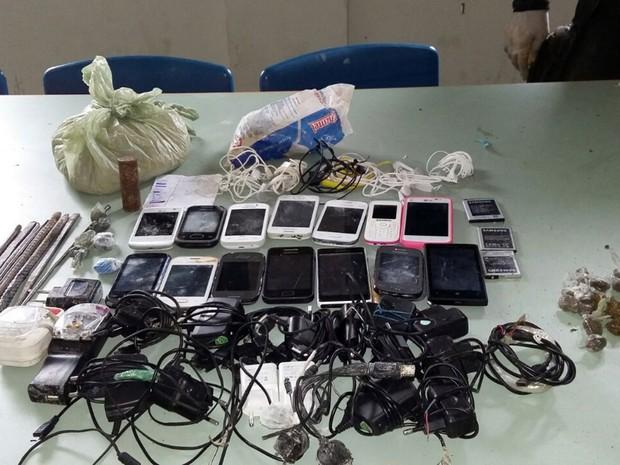 Facas, celulares, carregadores e uma pequena quantidade de drogas foram apreendidos na Cadeia Pública de Natal (Foto: Divulgação/ Sejuc)