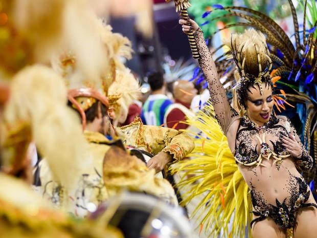 A rainha de bateria da Unidos de Vila Maria, Bruna Fonseca, mostra samba no pé  (Foto: Flavio Moraes/G1)