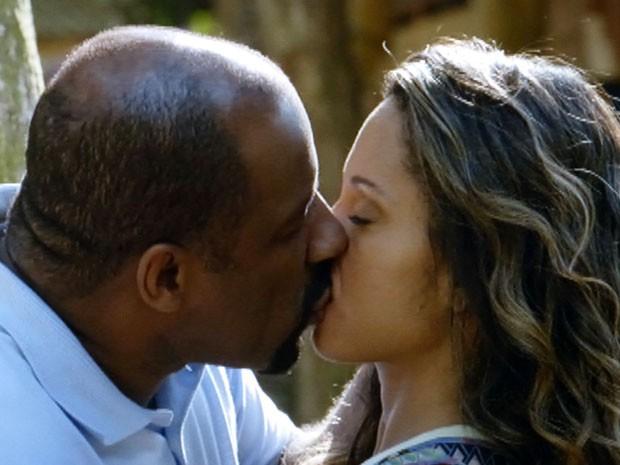 Quirino e Nicole finalmente se beijam (Foto: Flor do Caribe / TV Globo)