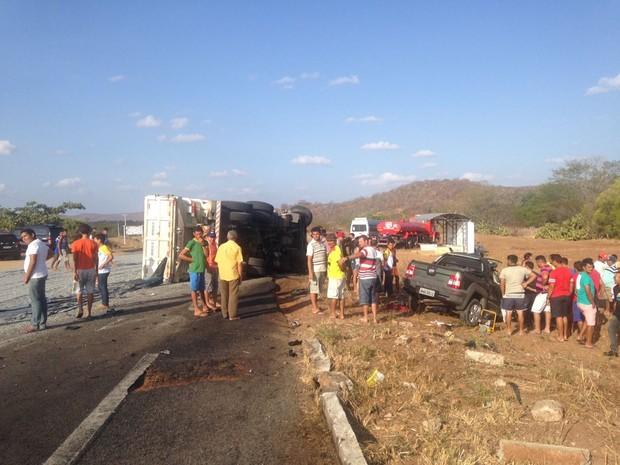 Vítimas do acidente estavam no Fiat Strada, que colidiu de frente com um caminhão-caçamba (Foto: PRF/Divulgação)