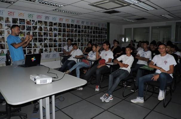 Marcio Correa explicou um pouco do trabalho que o Núcleo de Produções faz na emissora (Foto: TV Rio Sul)