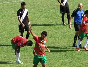 Diego Nunes comemorando o gol da Portuguesa Santista (Foto: Antônio Marcos/ GloboEsporte.Com)