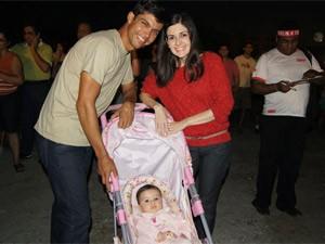 Casal levou filha de 6 meses ao show gospel (Foto: Aline Pollilo/G1)