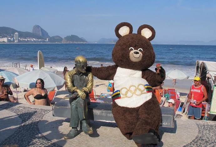 Misha mascote dos Jogos Olímpicos de 1980 em Copacabana (Foto: Carol Fontes)