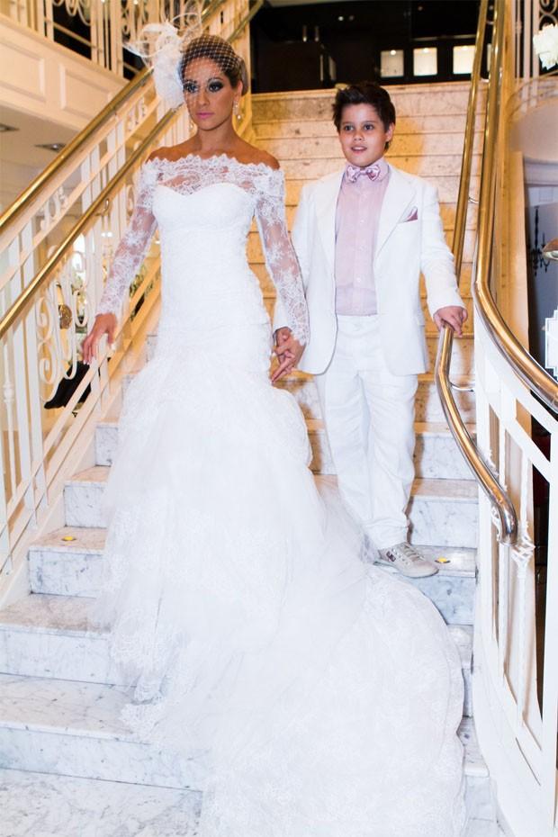 Mayra chega ao casamento com seu filho, Lucas (Foto: Raphael Mesquita / Foto Rio News)