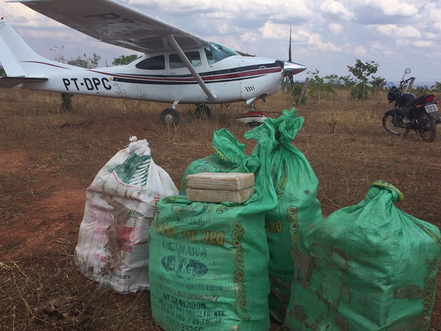 Na aeronave foram encontrados 150 kg de cocaína (Foto: Divulgação/Gefron e Polícia Federal)