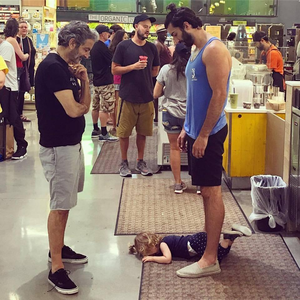 Justin Baldoni com o pai e a filha (Foto: Reprodução Facebook)