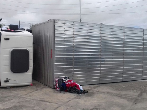 Veículo tombou no quilômetro 124 e estava carregado com parte da estrutura da tocha olímpica (Foto: Divulgação/PRF)