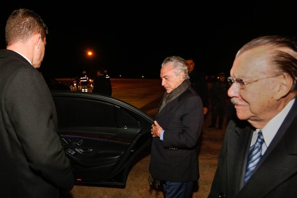 O presidente Michel Temer chega a Portugal acompanhado do ex-presidente José Sarney (Foto: Isac Nóbrega/PR)