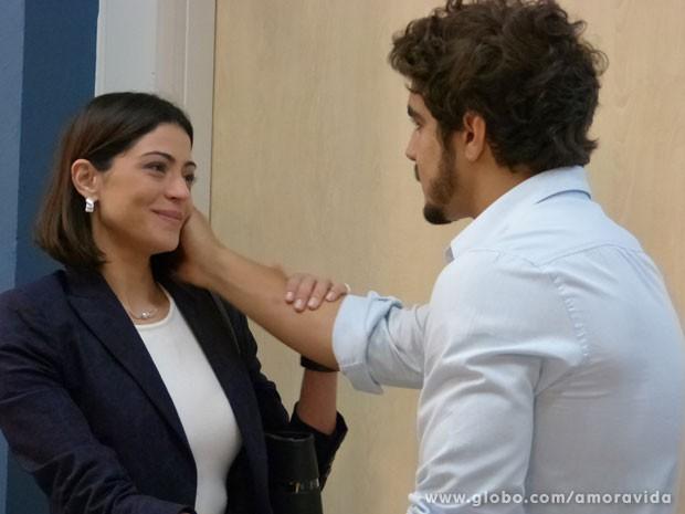 Ela mente para Michel e afirma que está tudo bem (Foto: Amor à Vida/TV Globo)