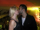 Novo rei da noite, Jonathan Costa ganha beijo apaixonado de Fontenelle