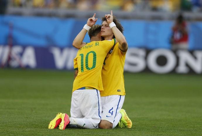 David Luiz e Neymar comemoram a classificação do Brasil em jogo contra o Chile