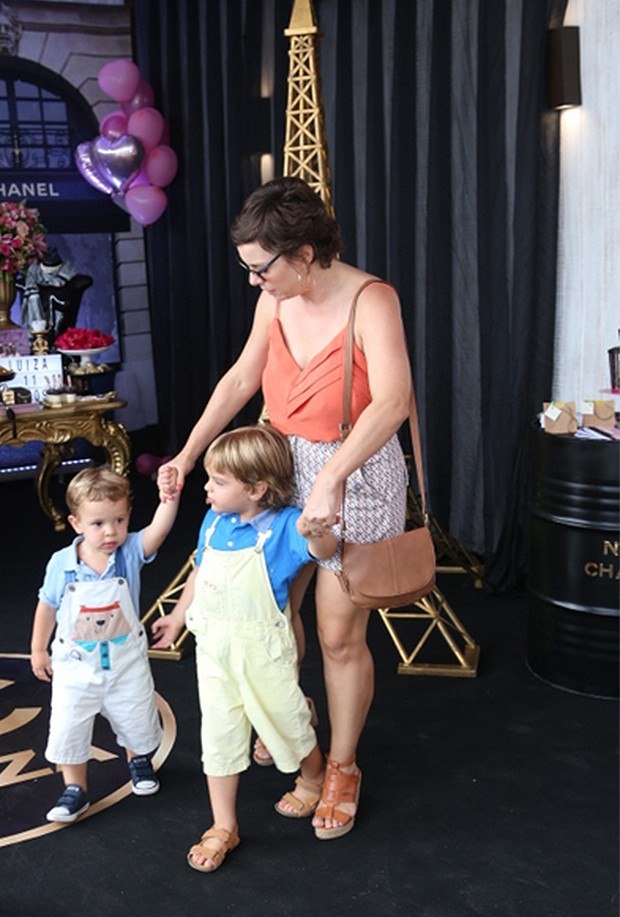 Regiane Alves e os filhos João Gabriel e Antônio (Foto: Anderson Borde/ AgNews)