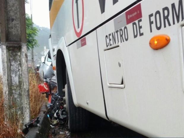 Motoclista morreu após bater em ônibus de autoescola (Foto: Corupá FM/Divulgação)
