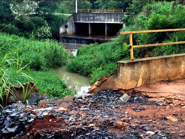Ponte foi quebrada após chuva na Via Guilherme Dibbern em Limeira (Foto: Eduardo Marins/EPTV)