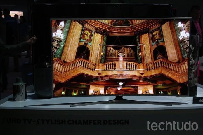 Fundos escuros valorizam a tela da TV (Foto: Fabrício Vitorino/TechTudo)