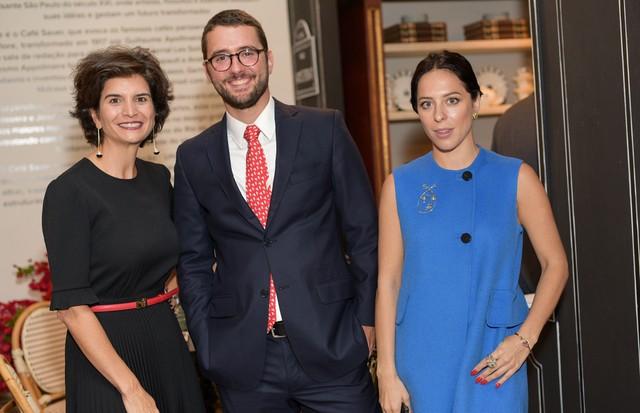 Fernanda Feitosa, da SP-Arte, com Gabriel Saur e Stephanie Wenk, da Amsterdam Sauer, na noite de lançamento da nova coleção da joalheria (Foto: Divulgação)