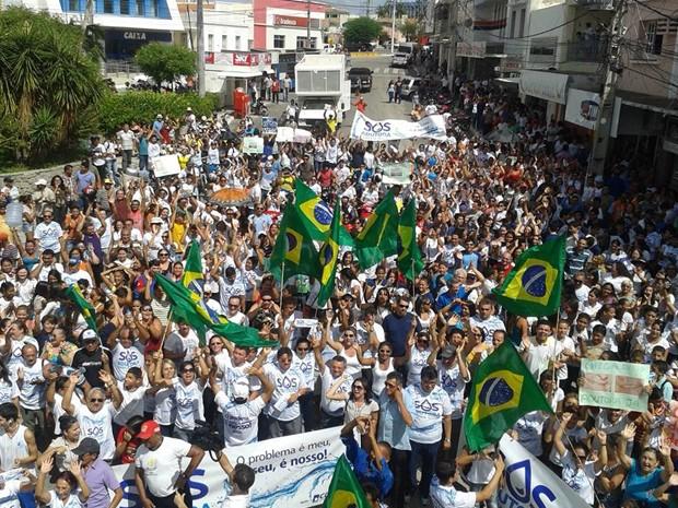 População foi às ruas protestar pela situação da falta de água em Currais Novos, RN (Foto: Lázaro Jordão/G1)