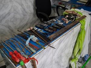 Polícia mostra materiais que presos tinham em cela. (Foto: Lucas Malta/Alagoas na Net)