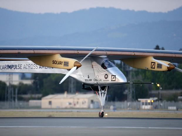 O avião solar suíço Solar Impulse decola da base aérea de Moffett, perto de São Francisco, na Califórnia, dando início à primeira etapa de sua longa travessia dos EUA. A aeronave revolucionária é movimentada por quatro motores elétricos de energia solar. (Foto: Stephen Lam/Reuters)