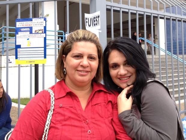 Thamires Alcântara Cavalcante, de 17 anos, chegou cedo para a prova da Fuvest com a mãe, Soraya, que vai fazer o Enade (Foto: Ana Carolina Moreno/G1)