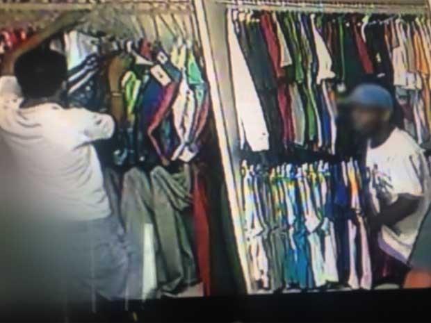 Quadrilha rouba R$ 20 mil de loja de roupas e câmeras de segurança flagram assalto em Campinas  (Foto: Reprodução EPTV)