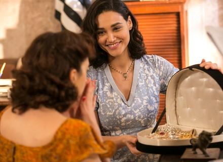 Filomena doa suas joias para Clarice