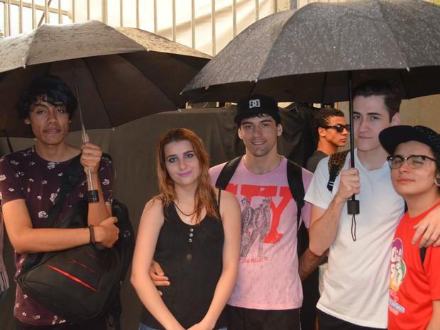 Participantes da Parada LGBT de Piracicaba se protegem da chuva no Parque do Engenho Central (Foto: Hildeberto Jr./G1)