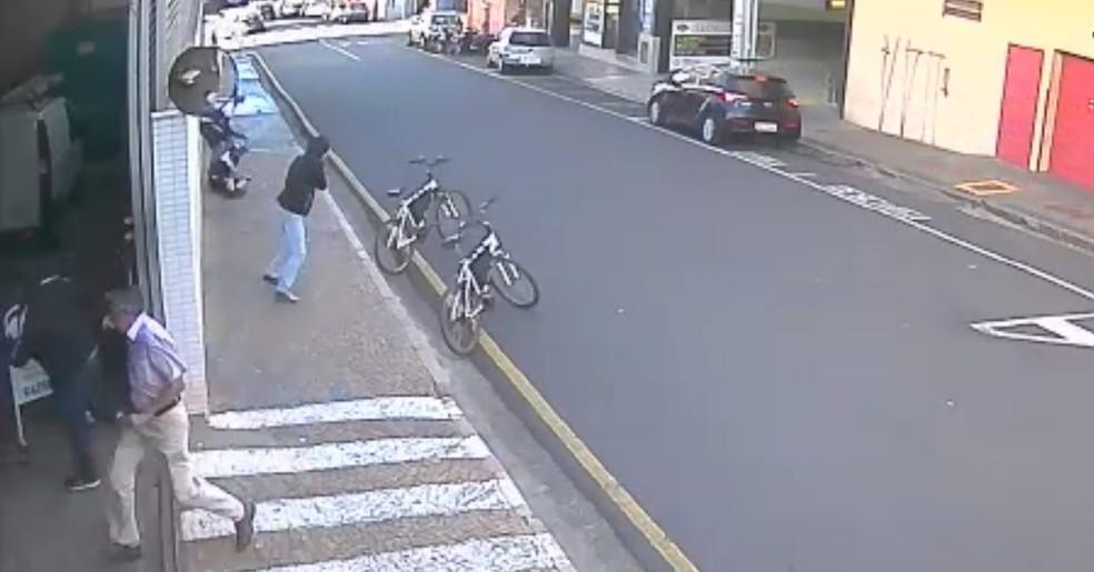 Ladrão atira contra os guardas no centro de Rio Preto (Foto: Reprodução)