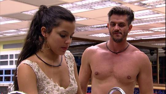 Marcos faz pergunta íntima para Emilly