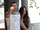 Paparazzo tenta flagrar barriga de Megan Fox e irrita marido da atriz
