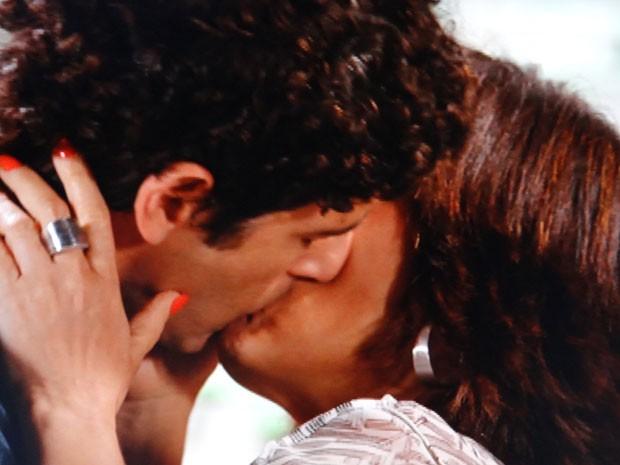 Que lindo! Roberta e Nando se beijam (Foto: Guerra dos Sexos / TV Globo)