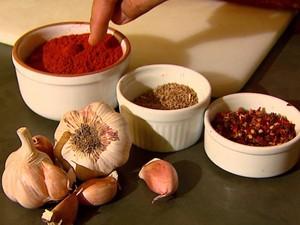 Peperoni feito artesanalmente no sítio de Caconde usa vários ingredientes (Foto: Rodrigo Sargaço/EPTV)