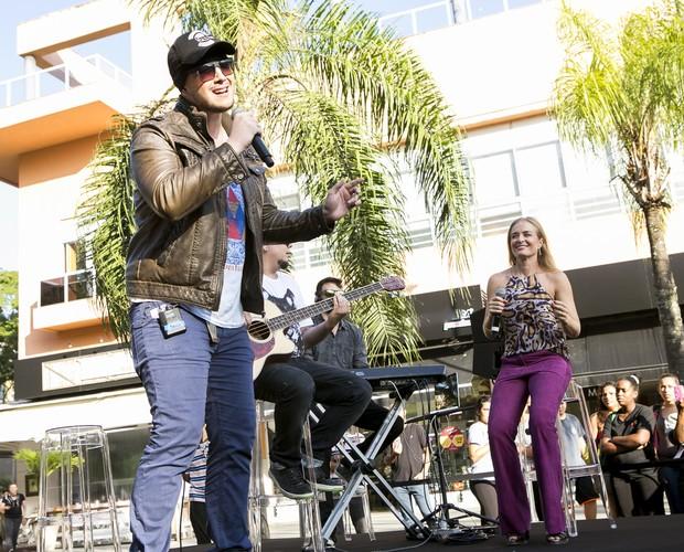 Banda Malta faz show para os fãs num shopping do Rio (Foto: Felipe Monteiro - Gshow)