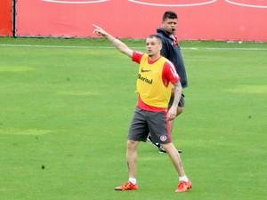 D'Alessandro se destaca em treino de reservas (Foto: Tomás Hammes)