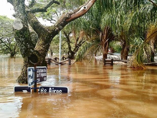 Área inundada pela cheia do rio Uruguai na cidade argentina de Concordia, em Entre Rios, no sábado (26) (Foto: AFP Photo/Telam/ Prensa Municipio Concordia)