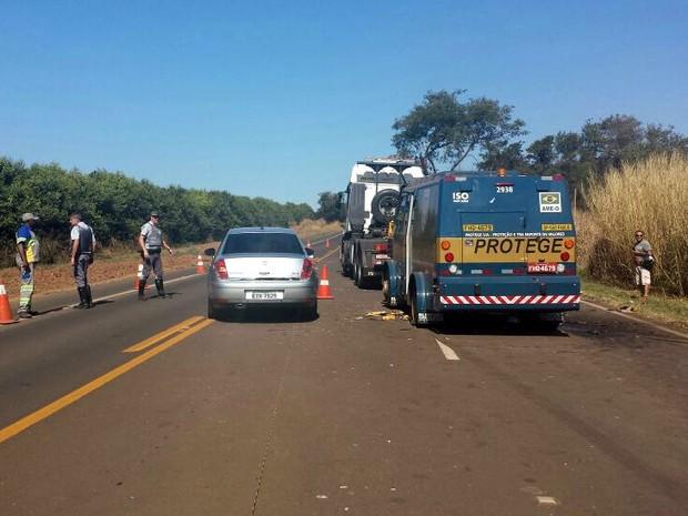 Carro forte atacado durante a manhã desta sexta-feira em Mococa (Foto: Rafaella Ferreira/EPTV)