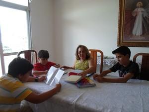 maria almir estuda com os netos montes claros (Foto: Cida Santana/G1)