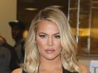 Khloe Kardashian investe em macacão decotado para lançar livro