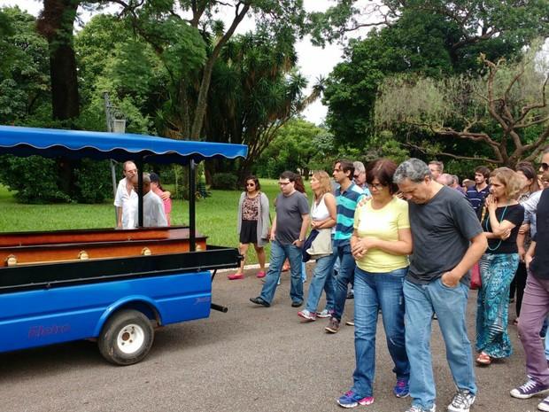 Corpo de Geraldo Roca é enterrado ao som de 'Trem do Pantanal' em MS (Foto: Juliene Katayama/ G1 MS)