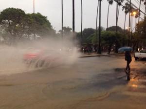 Chuva causa alagamento no bairro Bom Fim, na Região Central de Porto Alegre (Foto: Bruna Zanatta/G1)