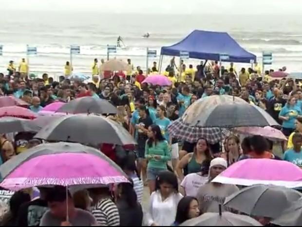 Batismo teve música e diversão em praia de São Vicente, no litoral de São Paulo (Foto: Reprodução/ TV Tribuna)