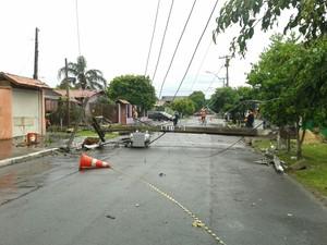 Poste cai e bloqueia trânsito em rua de Esteio após temporal (Foto: Vanessa Felippe/RBS TV)