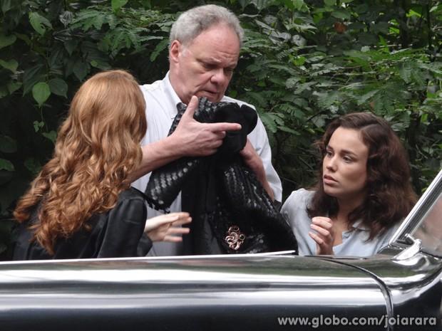 Sílvia leva Salvador e Marta para revelar verdadeiro assassino de Catarina a jornalista (Foto: Joia Rara/TV Globo)
