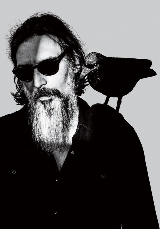 """DO PALANQUE PARA O ESTÚDIO Lobão, com um corvo de plástico. Ele diz que está sendo """"simonalizado"""" (Foto: Gabriel Rinaldi/ÉPOCA)"""